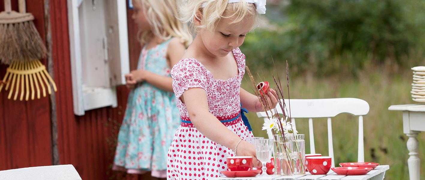 Lille jente som serverer te
